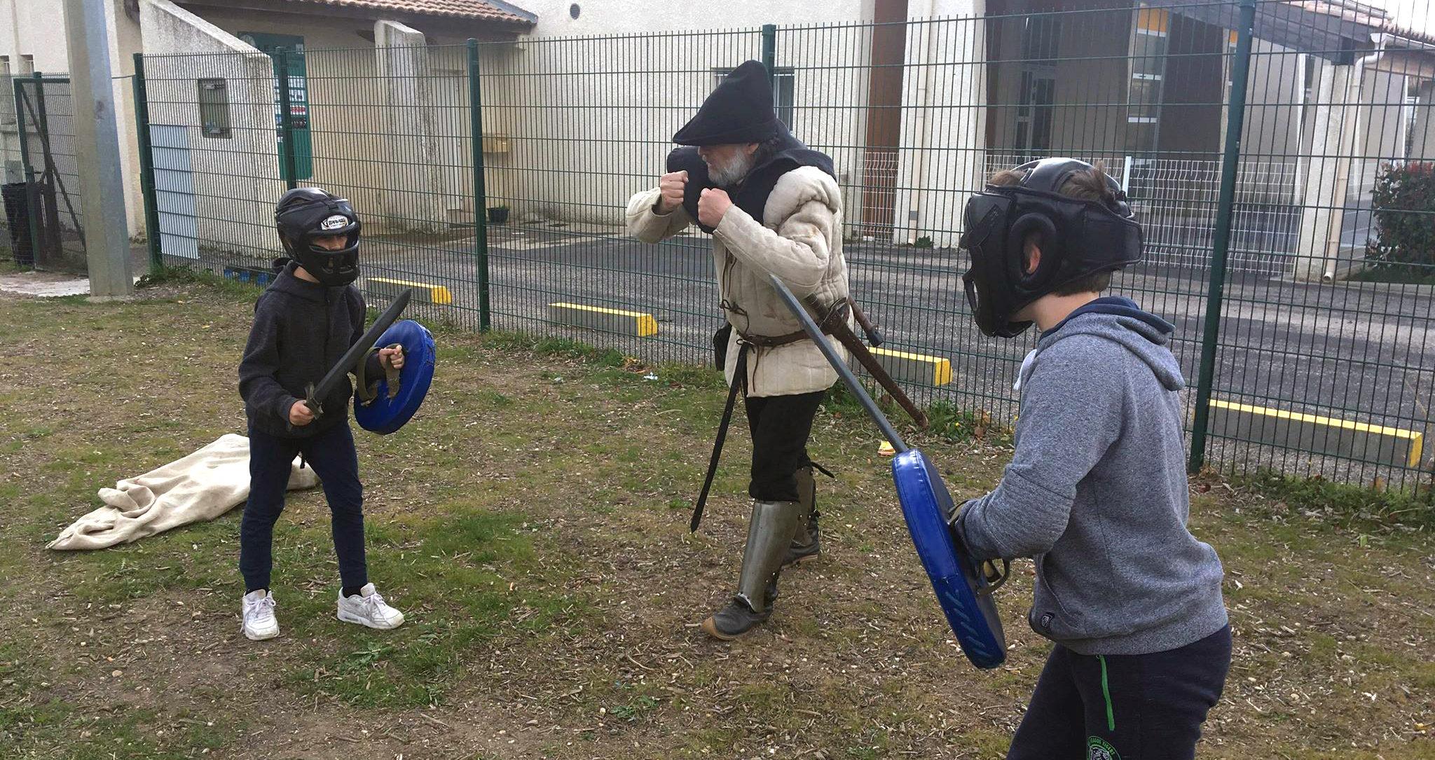 Initiation aux techniques de combat. Photo : Soizic Charles