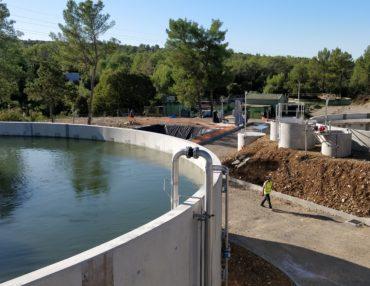 La future STEP de Saint-Mathieu-de-Tréviers avec le bassin d'aération biologique (au premier plan à gauche), le clarificateur encore vide (à droite) et l'ancienne STEP à démolir (au fond en arrière plan). Photo : Christophe Colrat