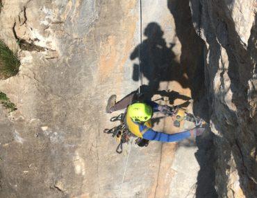 Le remplacement des ancrages sur une voie d'escalade. Photo : CD34 FFME