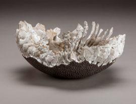 Sylvie Pons, « Eclosion », série Vibrations volcaniques, grès noir émaillé, diam 30cm, 2020. Crédit : Pierre Soissons